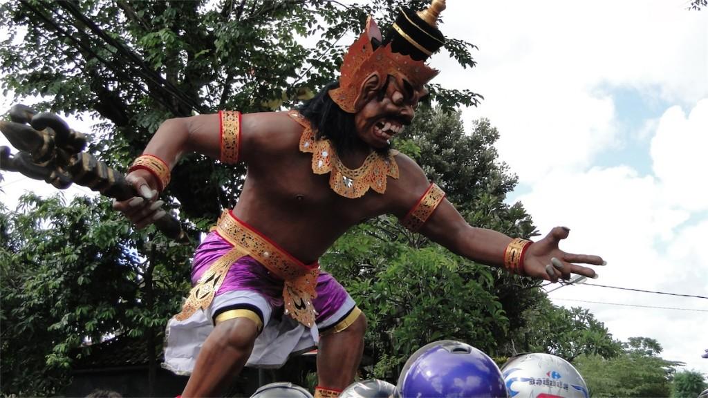 Ogoh-ogoh nas ruas de Denpasar em 2012